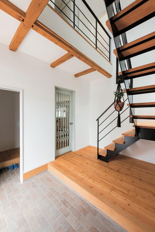 芹工務店【自然素材、省エネ、インテリア】冷暖房効率に配慮し、階段を独立させた。北側なので、鉄骨のスケルトン階段で明るく開放的に