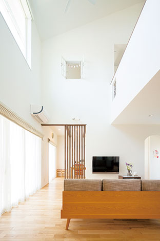 芹工務店【二世帯住宅、自然素材、省エネ】アイシネンは現場発泡型の断熱材。細部まで充填できるため、断熱欠損を防ぐことができ、光熱費も削減される
