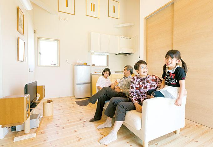 芹工務店【二世帯住宅、自然素材、省エネ】生活リズムの違いを吸収することと、移動の負担を減らすことを目的に、簡易的なキッチンやトイレを用意。壁の色や照明は、絵画などを飾ることを考えてセレクトした