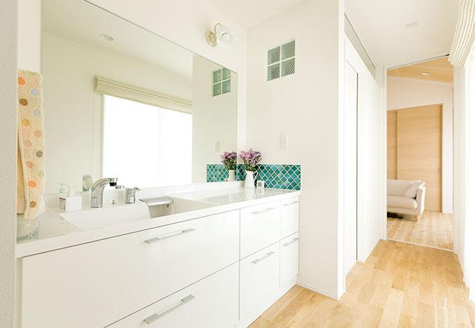 芹工務店【二世帯住宅、自然素材、省エネ】水回りはどちらの世帯も利用しやすい、建物の中心付近に。女性率が高いため、洗面台は広くした