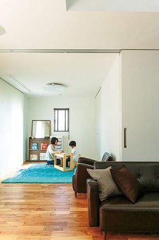 芹工務店【デザイン住宅、子育て、省エネ】引き戸を閉じたり開いたりすることで用途が変化。高さのある建具が空間の一体感を出している