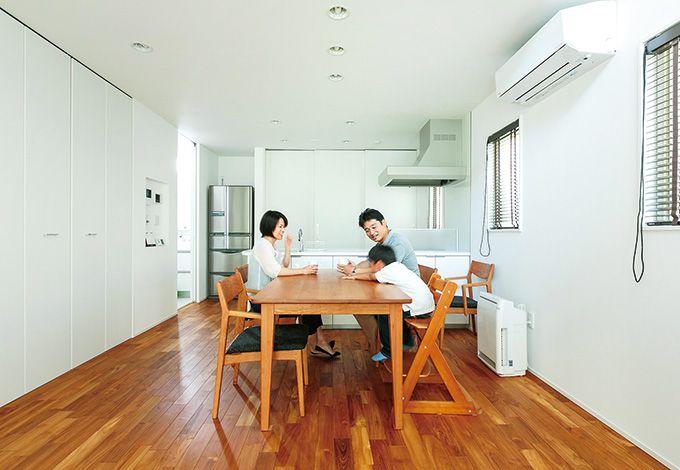 芹工務店【デザイン住宅、子育て、省エネ】キッチン背面の収納や家電もすべて隠せるようになっている