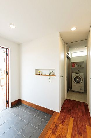 芹工務店【デザイン住宅、子育て、省エネ】家族用の帰宅動線を用意。奥に進めば洗面、キッチンへ