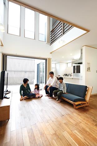 家族とともに刻む、深まる光に満ちた自然素材の家
