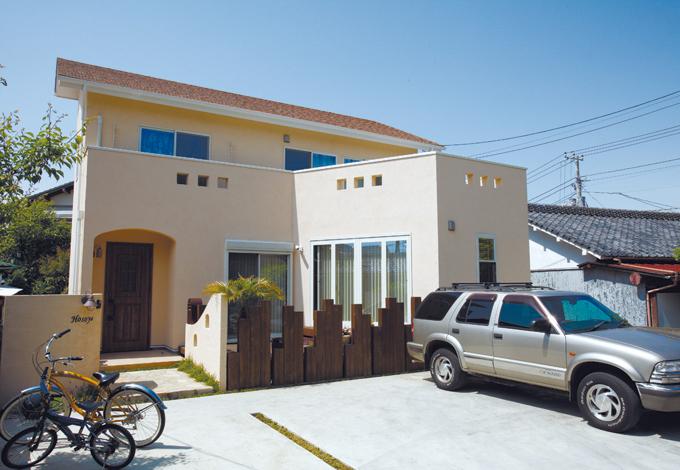 芹工務店【デザイン住宅、子育て、収納力】ベランダの飾り窓がデザインのポイント。玄関横にはウッドデッキが
