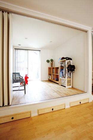 芹工務店【デザイン住宅、子育て、収納力】小上がりの洋室はナラフローリング。床下を利用して引き出しをつけた