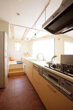 芹工務店【デザイン住宅、子育て、収納力】キッチンの床は少し低めに、ダイニングにいる家族と同じ目線に