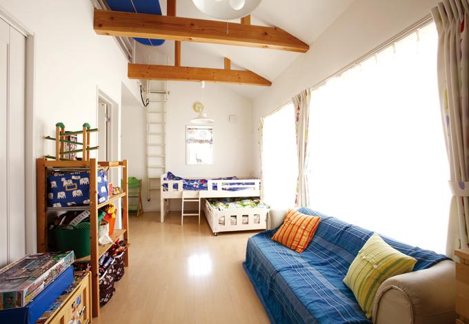 芹工務店【デザイン住宅、子育て、収納力】子ども部屋は将来2部屋に区切れる設計。梁を出して元気なイメージに