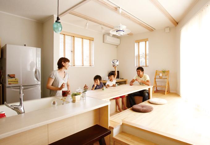 芹工務店【デザイン住宅、子育て、収納力】キッチンとひと続きのダイニングテーブル、掘りごたつはご主人のこだわり。飾り梁は家族4人で塗料を塗り、家づくりに参加した