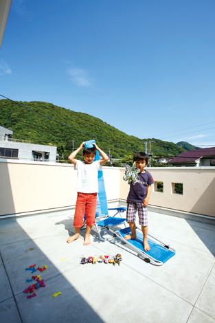 芹工務店【デザイン住宅、子育て、収納力】近くの山が見えるベランダへは子ども部屋と寝室の両方から出られる
