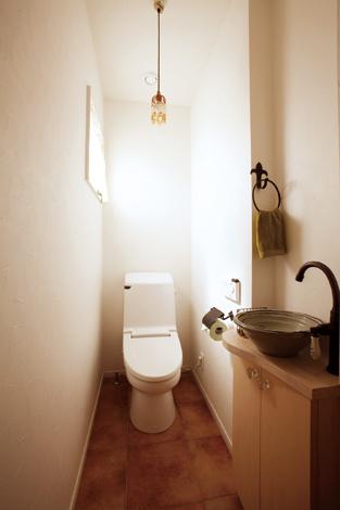 芹工務店【デザイン住宅、子育て、収納力】ビーズの照明カバーは奥様の手作り、陶器の洗面ボウルは奥様のお父様の作品だそう