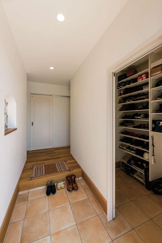 土間収納があり、玄関もスッキリ保てる。奥の扉はクローゼットに通じる