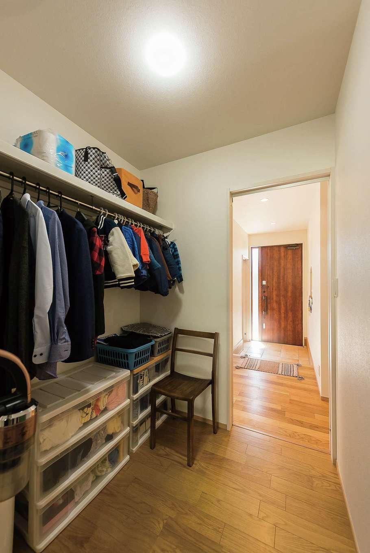 玄関の正面にあるクローゼットから直接洗面室へ。帰宅してコートをかけて、手を洗ってキッチンへ行ける