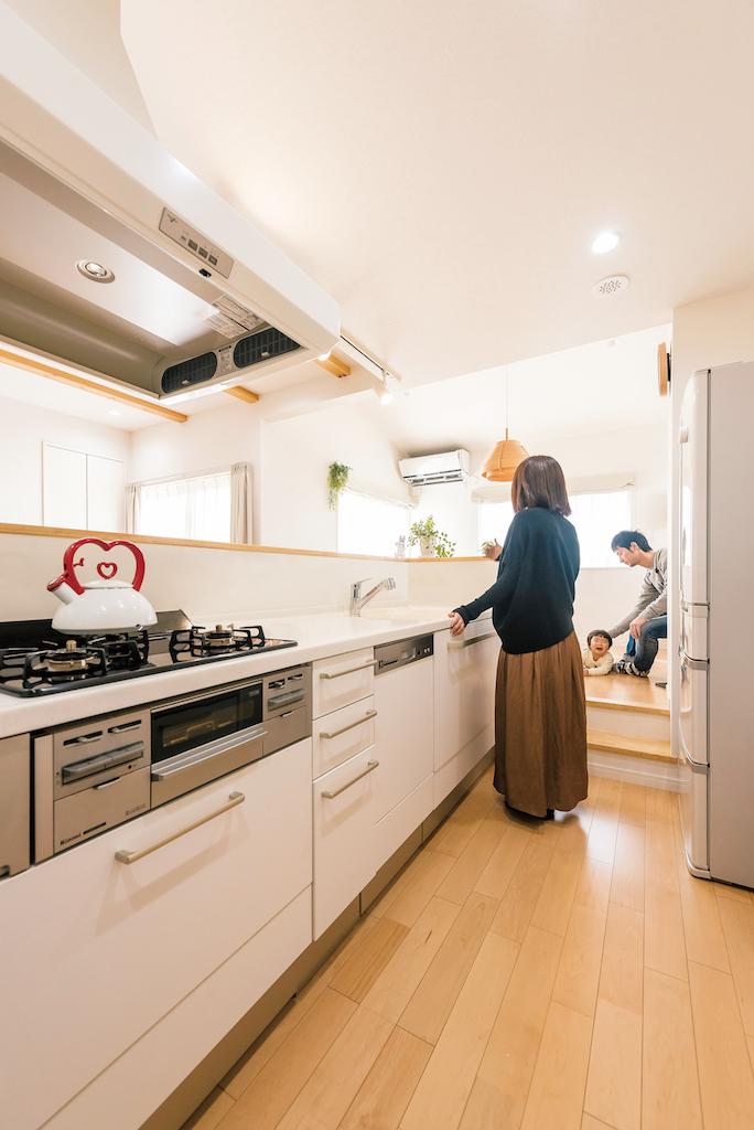 芹工務店【子育て、自然素材、間取り】キッチンとダイニングの間にある段差が、ママと家族の距離を縮める