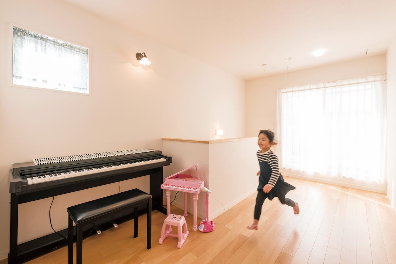 芹工務店【子育て、自然素材、間取り】大小2つのピアノが並ぶ2階ホールは、子どもが走り回れるほど広い