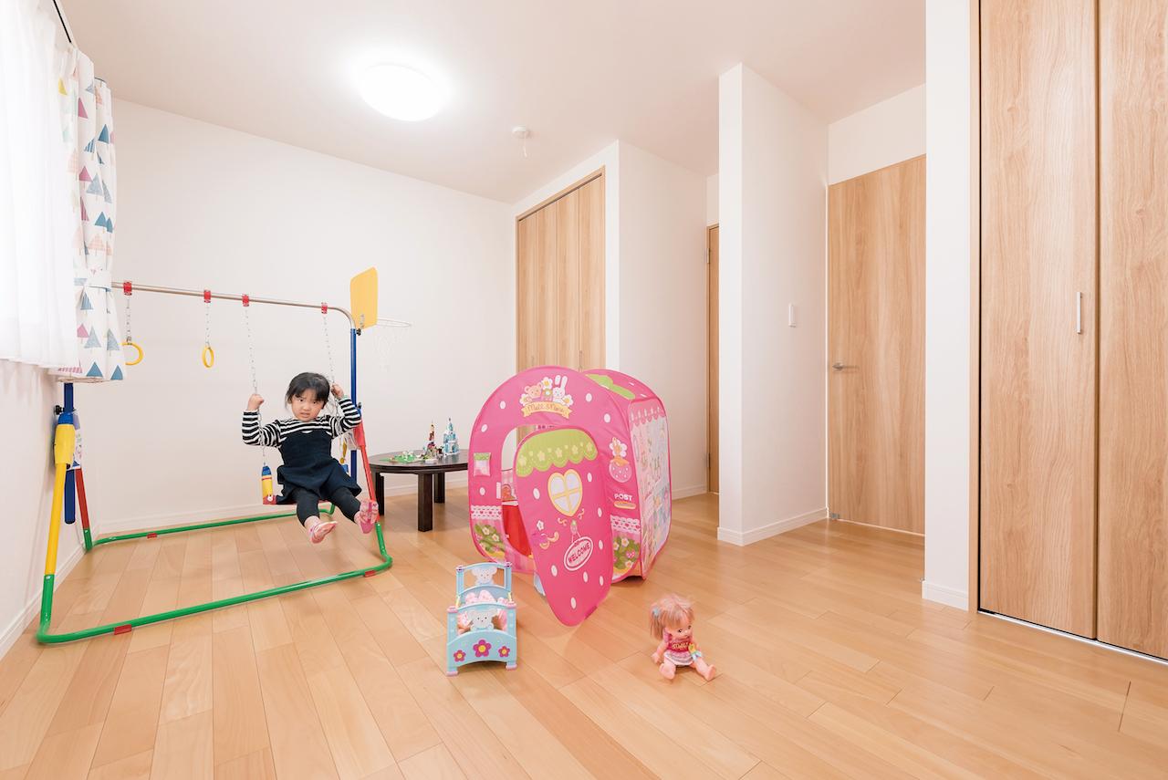 芹工務店【子育て、自然素材、間取り】2階にある2人の子ども部屋。将来、それぞれの個室に仕切れるよう、ドアや収納を左右対象にに配置した