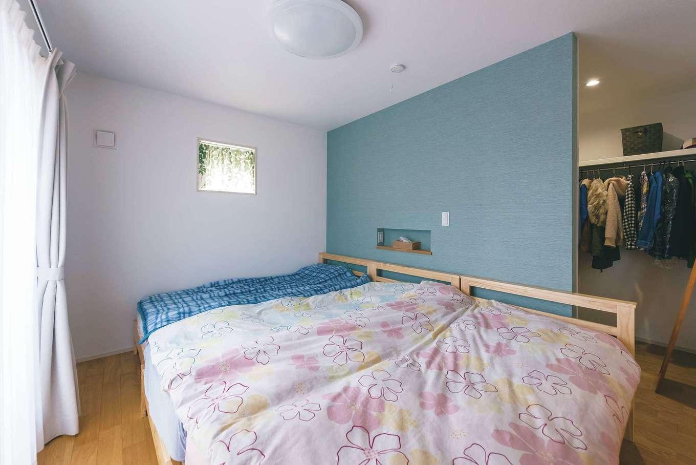 芹工務店【子育て、省エネ、間取り】ブルーの壁がアクセントの寝室