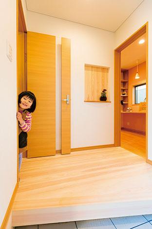 玄関は2ウェイ。左はリビングへ、右はそのまま家事室、キッチンへと続く