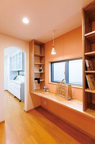 奥さまが好きなピンクでまとめた家事室は、家事の合間にほっとできる場所。玄関とキッチンの間に配され、パントリーとしての役割も兼ねている