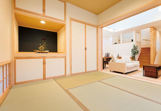 フルオープンにできる和室は、LDKの広がりに貢献する。押し入れの一部を開き、ひな人形や五月人形を置けるようにしたスペースは、ご夫婦のアイデア。シーズン以外は花などを飾り、季節感の演出に
