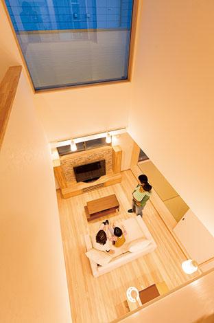 シエロホーム【収納力、屋上バルコニー、スキップフロア】夕暮れ時を迎え、あたたかな光が家族の時間を包む。照明はダウンライトを基本としつつ、くつろぎと意匠の演出として印象的なアイテムを配置した