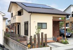 大きな屋根が木の温かみと暮らしやすさを包む家