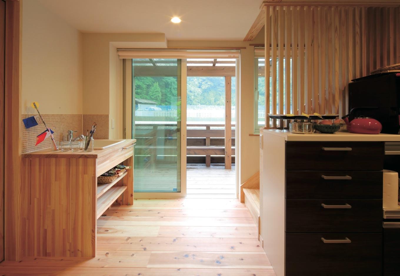 マクス (マクス一級建築士事務所)【子育て、趣味、自然素材】洗面台はお絵描きの片づけがしやすいよう、トイレと分離し、大きめサイズに。格子部分は壁の予定だったが、大工さんに相談。快く対応してくれた