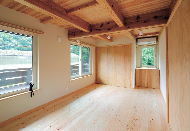 マクス (マクス一級建築士事務所)【子育て、趣味、自然素材】2階の床は天竜ヒノキ。建具や収納の造作にも定評がある