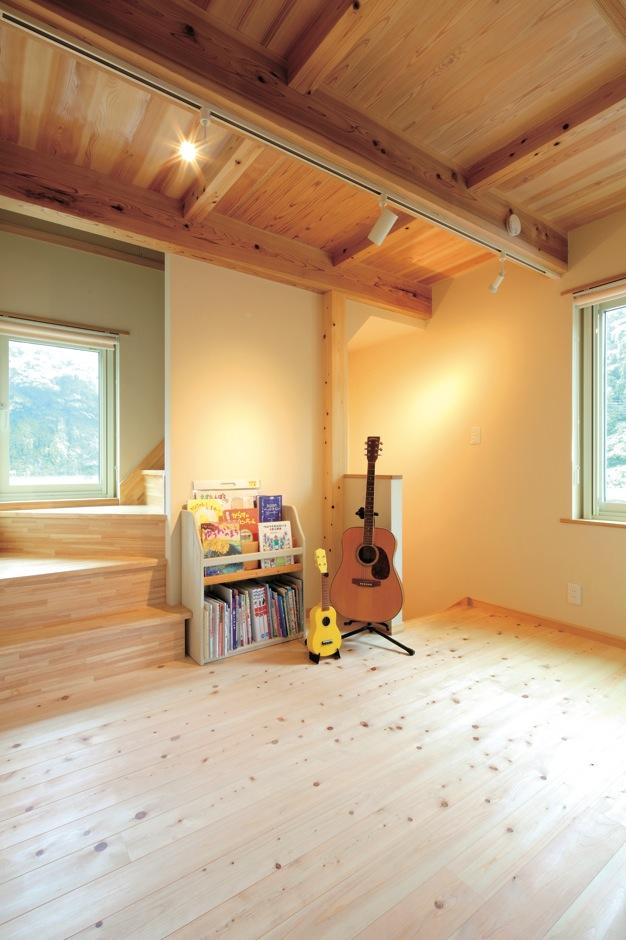 マクス (マクス一級建築士事務所)【子育て、趣味、自然素材】2階ホールはゆとりを持たせ、家族が自然に交差する空間に