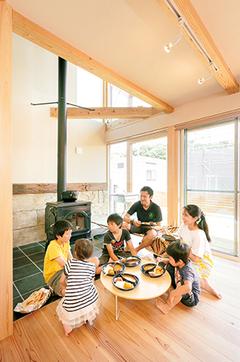 庭でキャンプを楽しめる 自然素材のワクワクする家