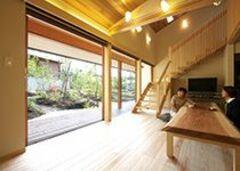 四季折々の庭を愛でながら 自然室温で暮らす木の家