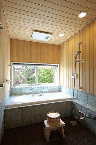青森ヒバと十和田石のお風呂は高級温泉旅館のような贅沢な空間。窓からは緑の景色も見える