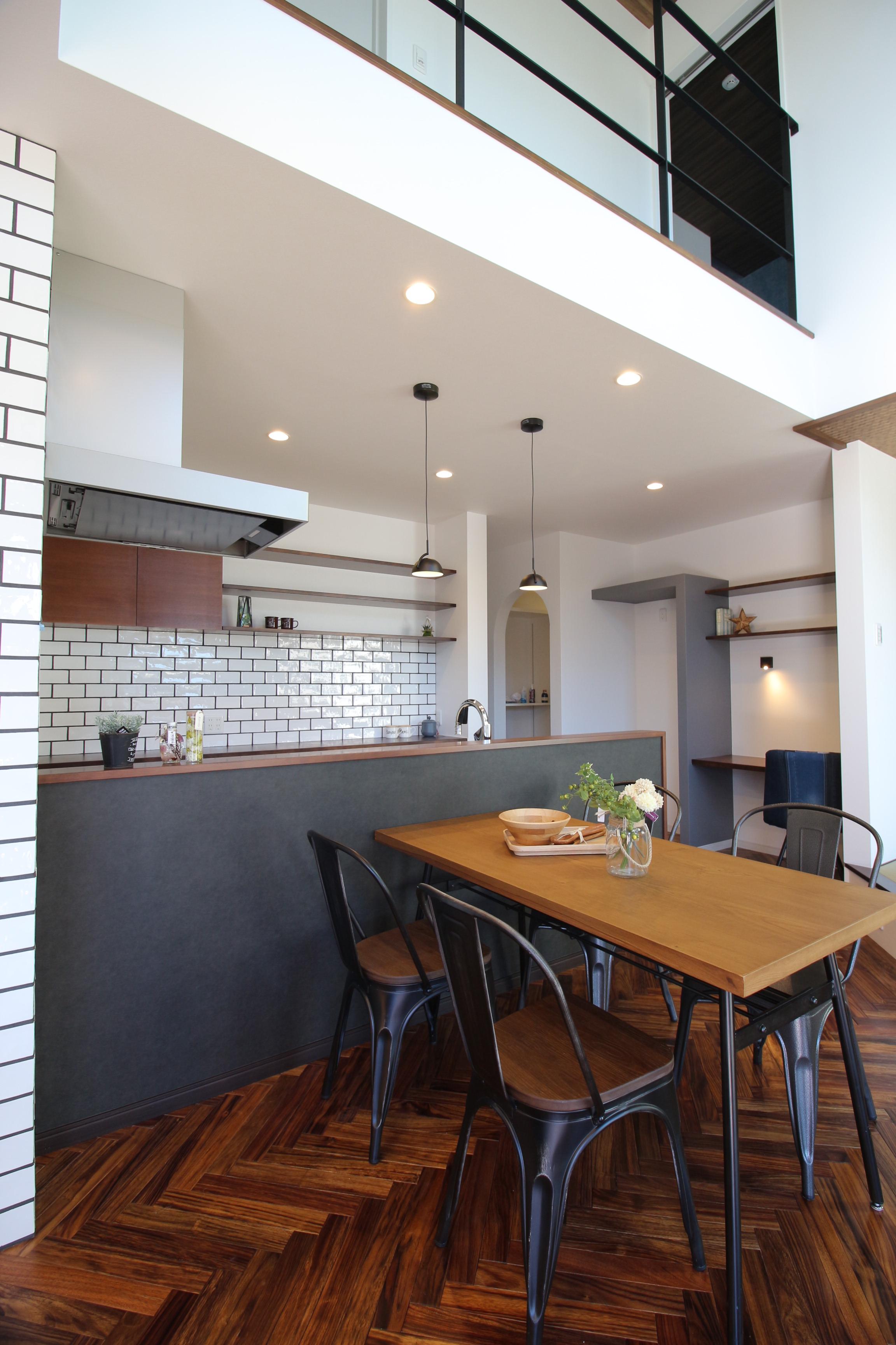タイルやオリジナルの造作棚を採用したキッチンは、奥様が使いやすい動線に