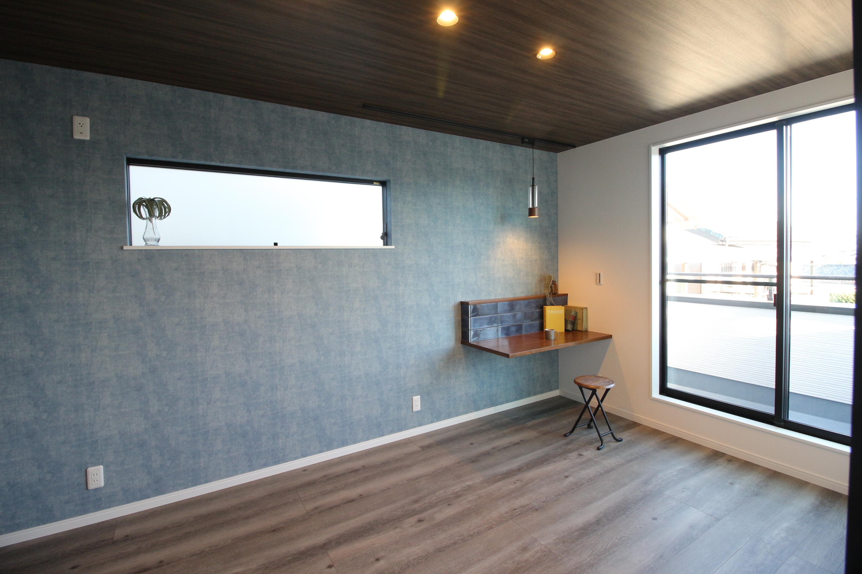 主寝室はPC等を置けるカウンタースペースを設け、シックな内装を使用し落ち着いた空間
