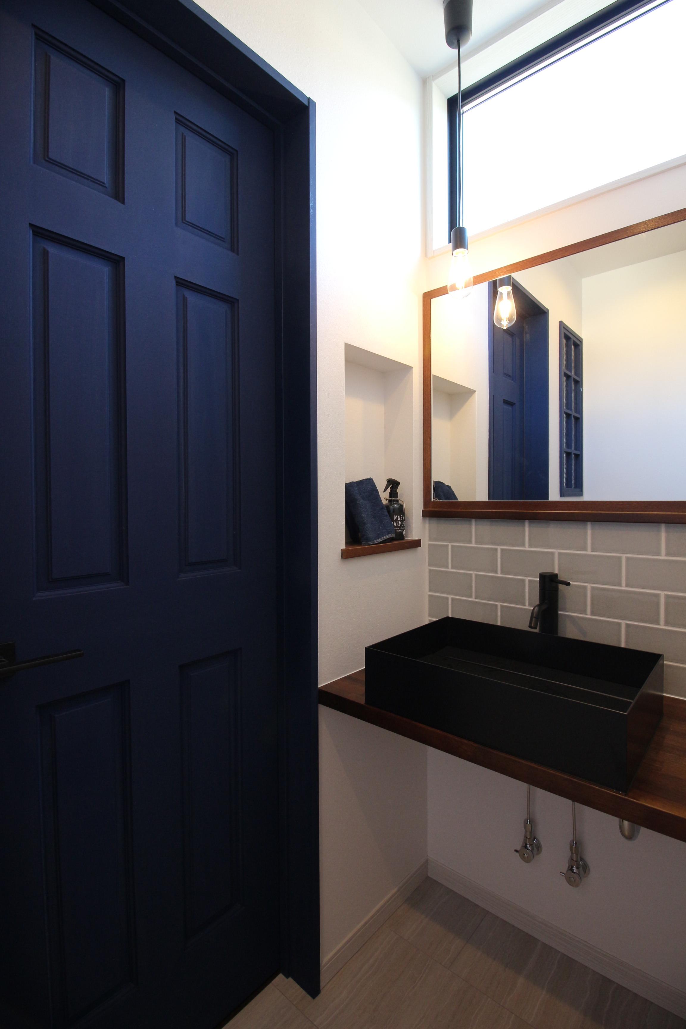 シンプルな洗面台に照明や造作の鏡を合わせた