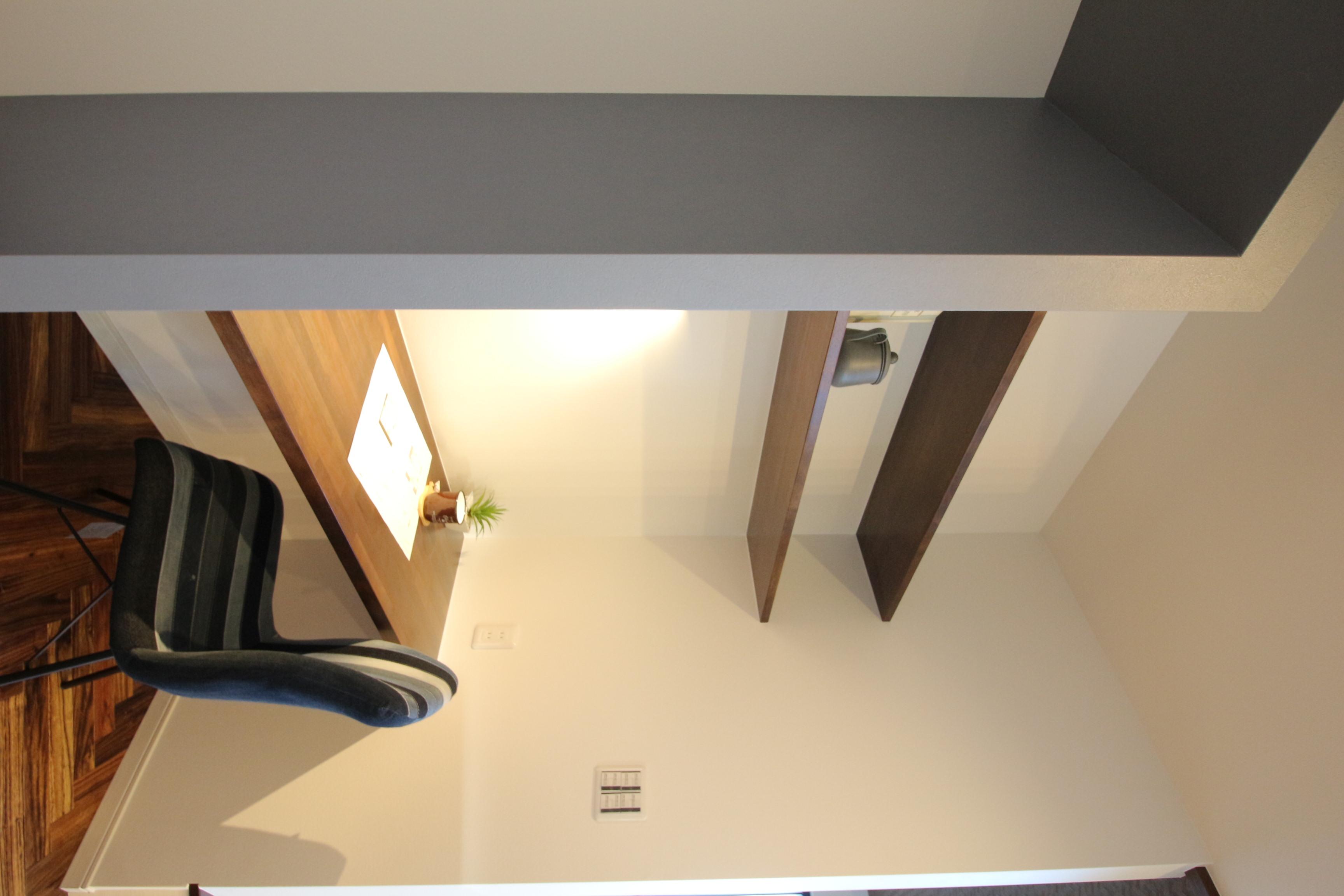 キッチン横のカウンターは奥さまの家事スペース