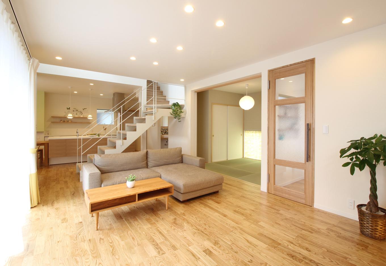 和室とウッドデッキと繋がる広々LDKは家と家族の中心的存在。リビング全体意を見渡すことができ、家事をしながら子どもの様子が分かって安心