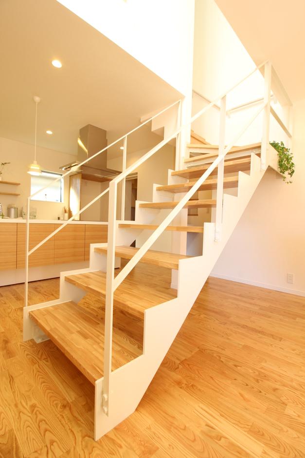 白いアイアンのストリップ階段はLDKのアクセントに