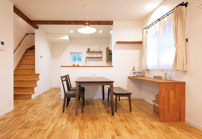 1階LDKは家族の顏が見られるリビング階段を配し家族が一番長く過ごす空間に。右手カウンターは造作。余計な家具がいらないからスッキリ広々