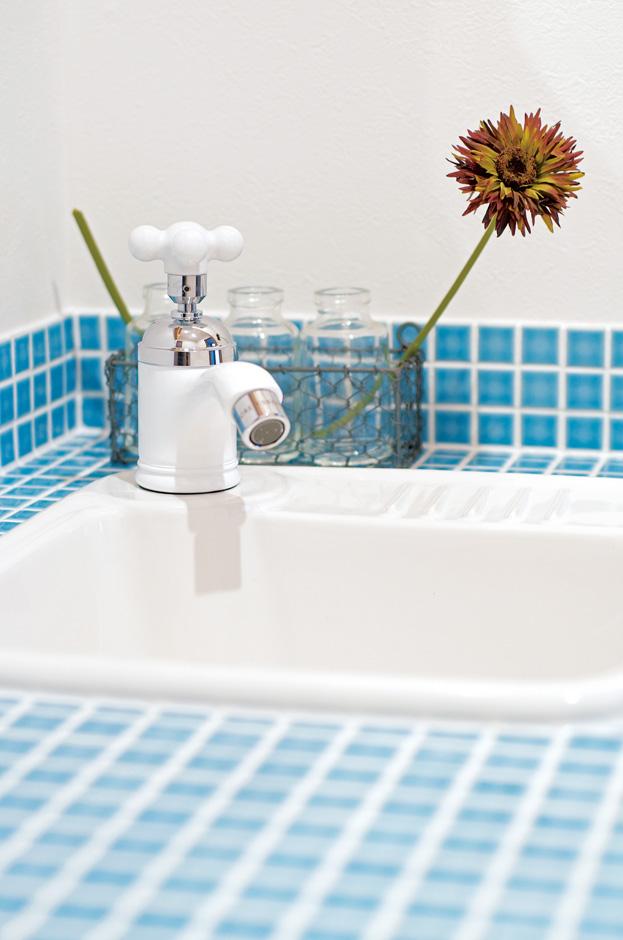 1階脱衣所には実用的な三面鏡を設置し、2階の洗面所はブルーのタイルで思いっきりキュートに