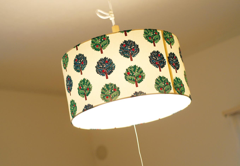 カタログはもちろんインターネットなどで見つけた こだわりの照明器具がインテリアのアクセントに