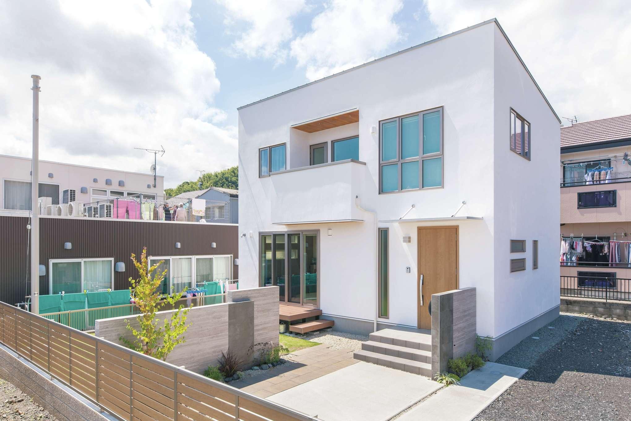 シンプルでスタイリッシュなキューブ型の外観。外壁は、100%天然成分のスイス漆喰「カルクウォール」を採用。吸放湿性・断熱性・防火性にすぐれ、メンテナンスも楽々。すてきな外構も『共栄住研』にお任せ