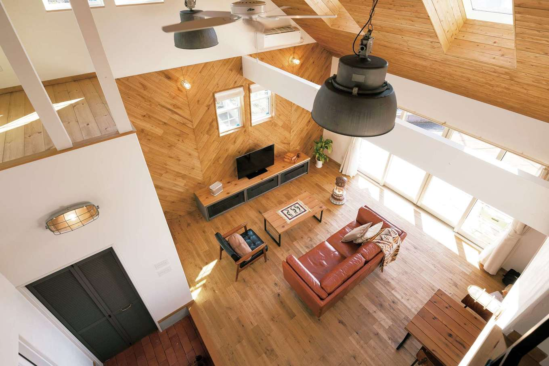 富士ホームズデザイン【デザイン住宅、趣味、建築家】勾配天井のトップライトが、開口部を減らした通り側まで明るさを招く。テレビの背後はあえて板を斜めに張り、視線を落ち着かせた。テーブルやテレビボードもオリジナル。雰囲気にマッチしつつ、異素材/異色の組み合わせが空間のアクセントになっている