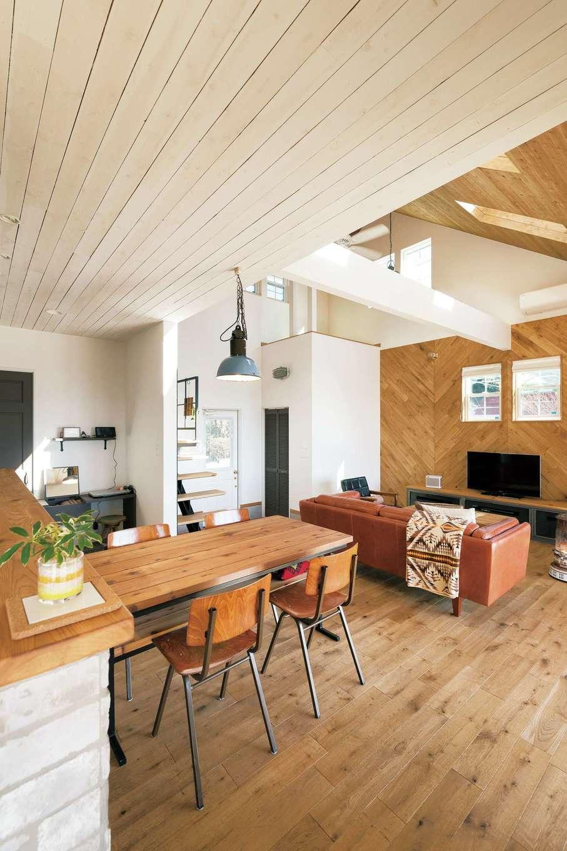 富士ホームズデザイン【デザイン住宅、趣味、建築家】キッチンの天井は白く塗り、穏やかに役割を分けつつ、海沿いのカフェのような雰囲気を演出。このあたりのセンスとバランスに豊富な経験が感じられる。ダイニングテーブルはオリジナル。同社が運営するインテリアショップ『La Chouette Fuji』で気に入ったイスをあわせた