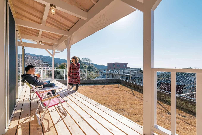 富士ホームズデザイン【デザイン住宅、趣味、建築家】屋根付きのポーチは爽快な眺めの特等席。フルオープンの窓を開ければ、室内に広さと楽しさが運ばれる