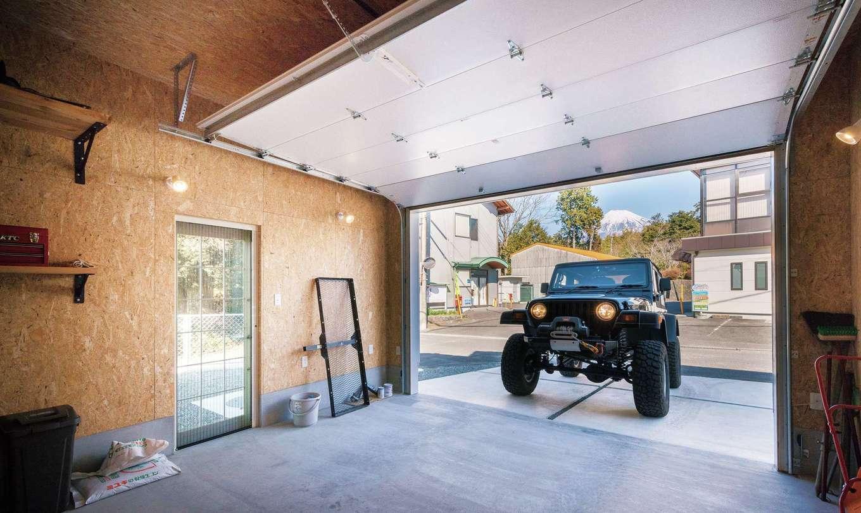 富士ホームズデザイン【デザイン住宅、趣味、建築家】ご主人が希望したガレージは7×4mの大サイズ。オーバースライダーもアメリカ製を採用した