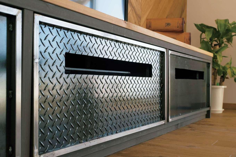 富士ホームズデザイン【デザイン住宅、趣味、建築家】テレビボードの扉は縞鋼板で男っぽさをプラス