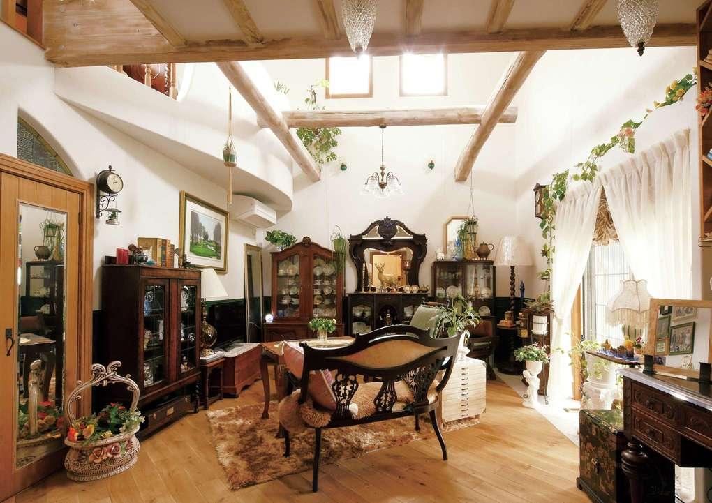 富士ホームズデザイン【デザイン住宅、輸入住宅、高級住宅】趣味で集めたアンティーク家具に囲まれたお母さまの部屋。吹き抜けの2階部分を寝室とし、1階は仕事の打ち合わせにも使えるようになっている。オークの無垢床は玄関ホール〜LDKとは異なる斜め張りで変化をつけた