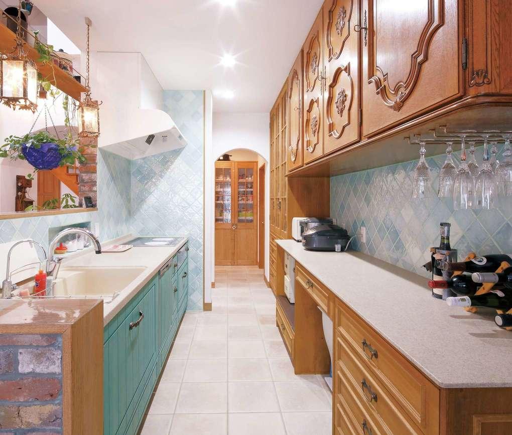富士ホームズデザイン【デザイン住宅、輸入住宅、高級住宅】グリーンに塗装した無垢の扉とタイルで造作したオリジナルキッチン。背面の吊り戸棚はアンティーク家具を使って製作