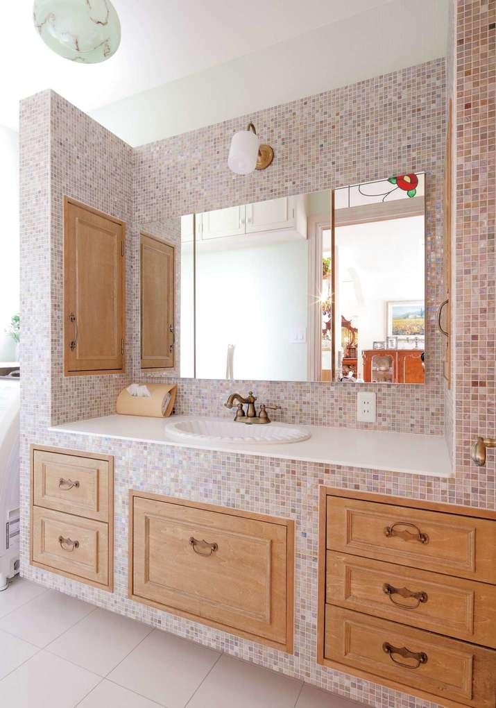 富士ホームズデザイン【デザイン住宅、輸入住宅、高級住宅】小さめのタイルが上品な造作洗面台。収納を自由に作れるのもオリジナルならでは